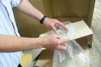 袋に水を入れたものを台紙にセットし完成。  完成まで3分もかかります。 とてもやっていられません。